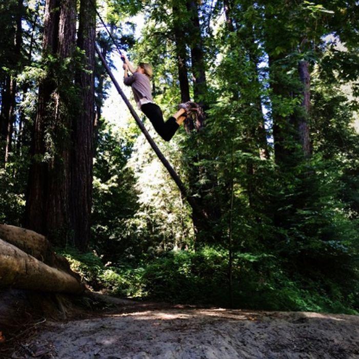 Suka tantangan, Marisa doyan manjat-manjat ala Tarzan. (Foto: instagram/marisamiller)