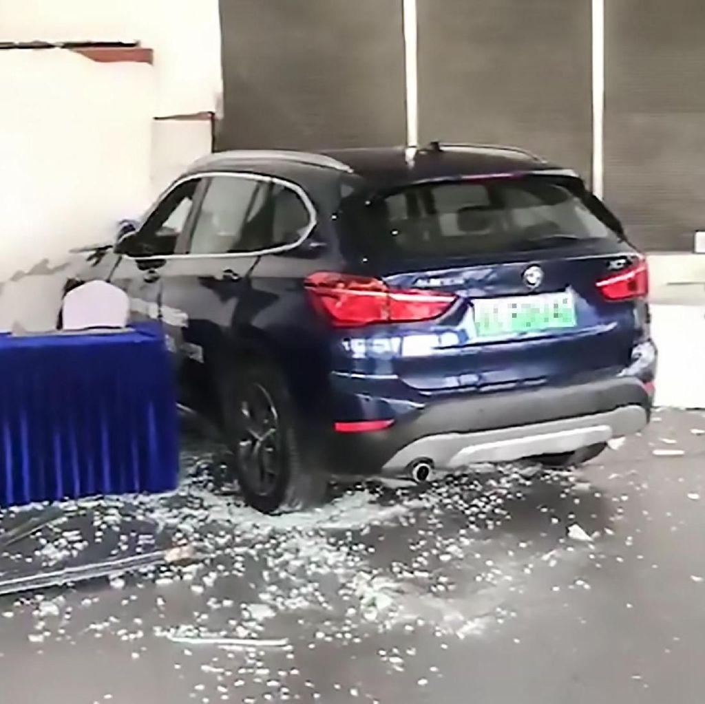 Salah Injak Pedal, Wanita Tabrak Mobil BMW Baru ke Showroom