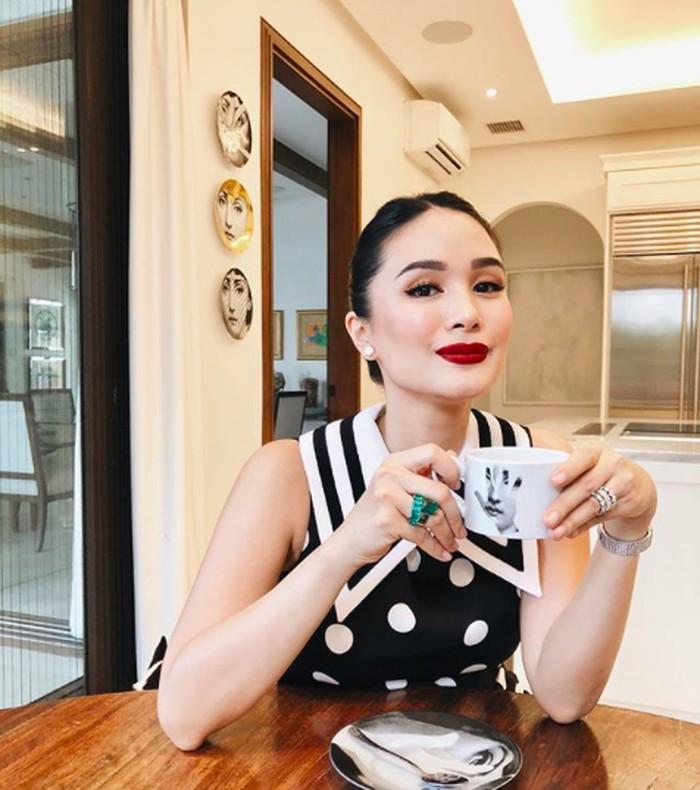 Aktris Filipina ini dikenal dengah gaya hidup mewahnya. Di pagi hari, Heart memilih ngopi namun tetap dengan gaya berkelas! Foto: Instagram iamhearte