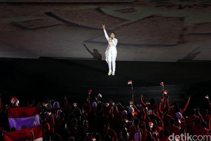 Asian Games XVIII 2018 secara resmi dibuka oleh Presiden Joko Widodo. Bertempat di Gelora Bung Karno, Senayan, Sabtu (18/8/2018), acara berlangsung meriah dengan penampilan memukau, salah satunya penyanyi Via Vallen yang menyanyikan lagu ofisial Asian Games 2018 berjudul Meraih Bintang.