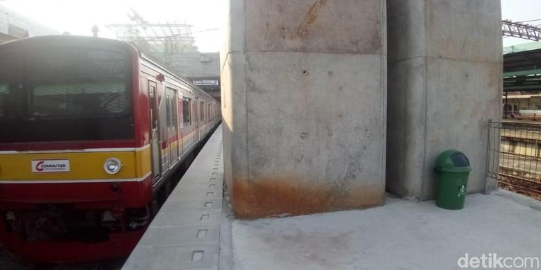Ganggu! Tiang Beton di Stasiun Manggarai Dikeluhkan Pengguna KRL