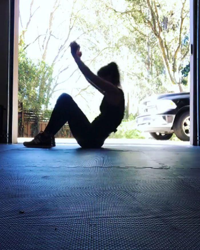 Sit-up rutin dilakukannya demi menjaga kebugaran. (Foto: instagram/marisamiller)