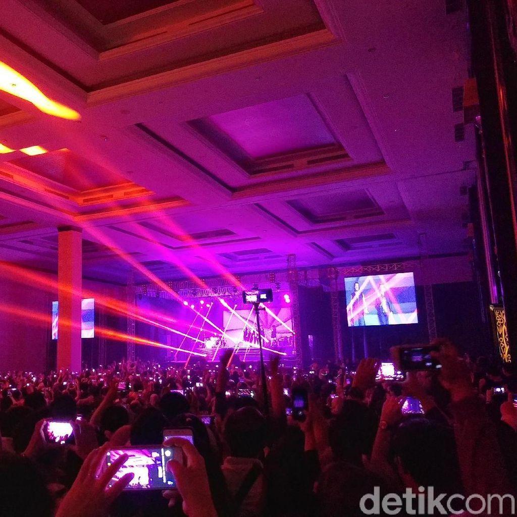 Boyzone Hipnotis Para Fans di Bandung