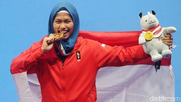 Defia Rosmaniar usai meraih medali emas Asian Games 2018.