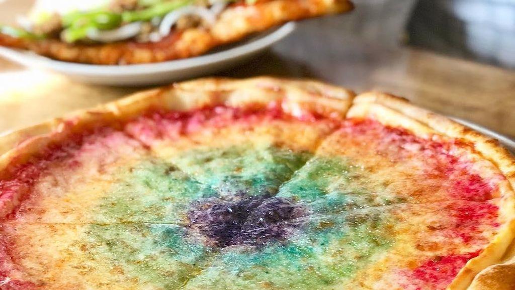 Cantiknya! Pizza Keju Bertabur Glitter Pelangi yang Lagi Hits