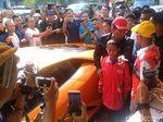 Hotman Paris Beri Rp 50 Juta untuk Joni yang Panjat Tiang Bendera