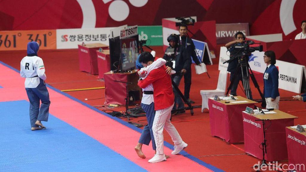 Defia Usai Raih Emas: Berlari dengan Bendera, Peluk Pelatih, Salami Jokowi