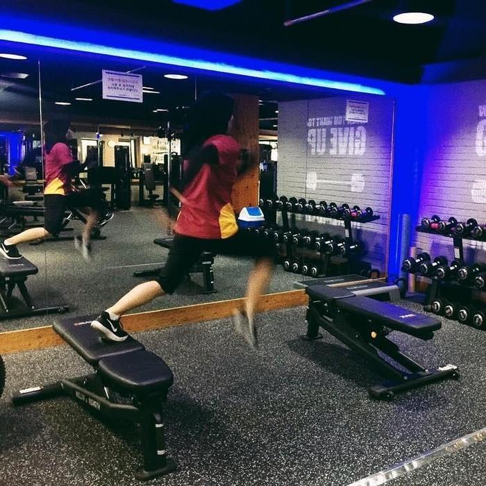 Defi terlihat juga memanfaatkan segala fasilitas yang ada di pusat kebugaran untuk melakukan latihan fisik. (instagram/defiarosmaniar)