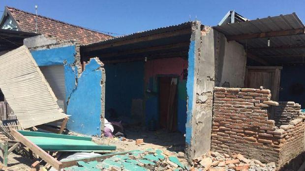 Rumah di sekitar Pelabuhan Poto Tano rusak akibat gempa 6,9 SR di NTB.