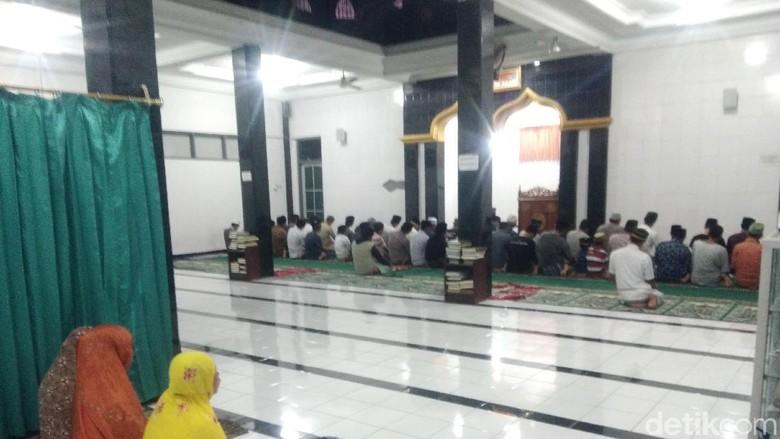 Jemaah Salat Berlarian Saat Gempa Lombok, Imam Tetap Khusyuk