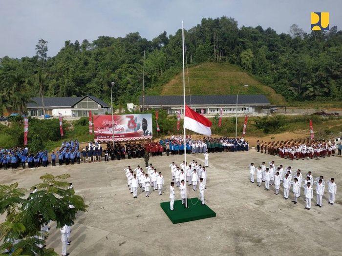 Upacara bendera memperingati HUT ke-73 RI digelar di PLBN Entikong. Istimewa/Kementerian PUPR.
