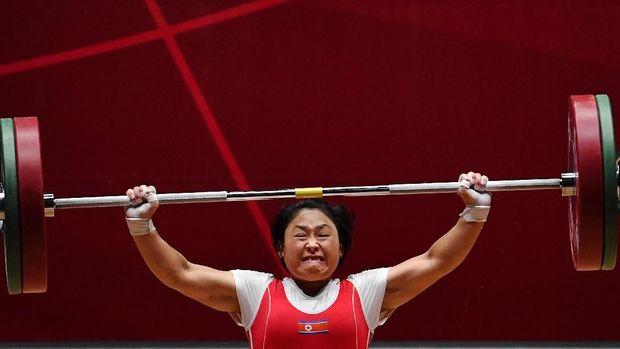 Ri Song-gum merebut medali emas angkat besi 48 kilogram putri Asian Games 2018.