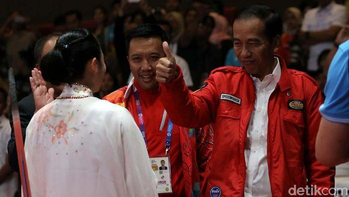 Presiden Jokowi mengacungkan jempol buat Lindswell Kwok, peraih medali emas kedua Indonesia di Asian Games 2018(Foto: Agung Pambudhy)