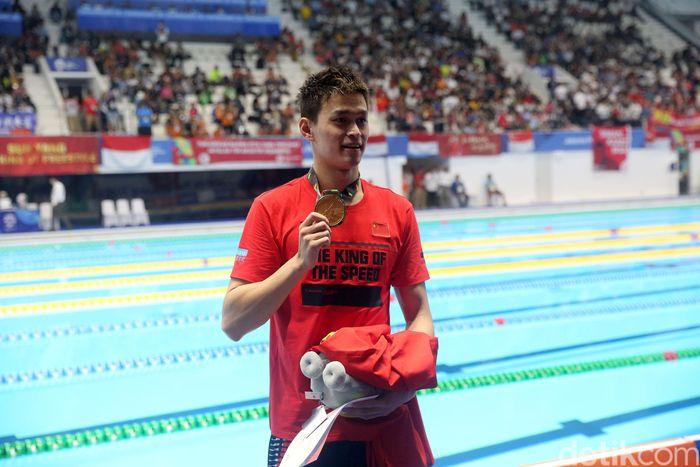 Sun Yang menunjukkan medali emas yang diraihnya di Asian Games 2018.