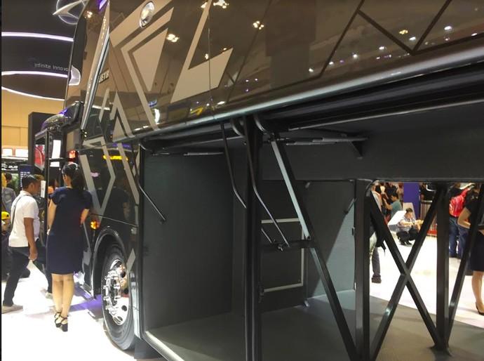 Dibangun di atas sasis Mercedes-Benz OC500 RF 2542 bermesin turbo intercooler, model Jetbus 3+ ini bisa mengangkut motor. Foto: Dadan Kuswaraharja