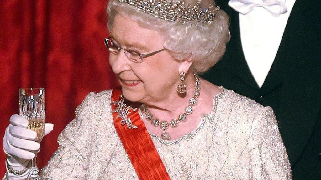 Pelayan Ratu Elizabeth II Positif Terinfeksi Corona
