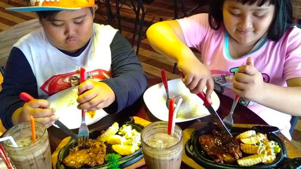 Ini Gaya Makan Lahap Fairel, Bocah yang Melongo Lihat Jokowi Naik Motor