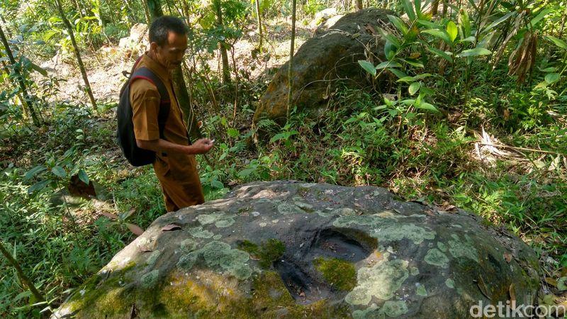 Ini adalah Batu Tapak Putri yang terkenal di Ciamis. Tepatnya letaknya di Gunung Putri, Dusun Cipaku Girang, Kecamatan Cipaku, Kabupaten Ciamis Jawa Barat. (Dadang Hermansyah/detikTravel)