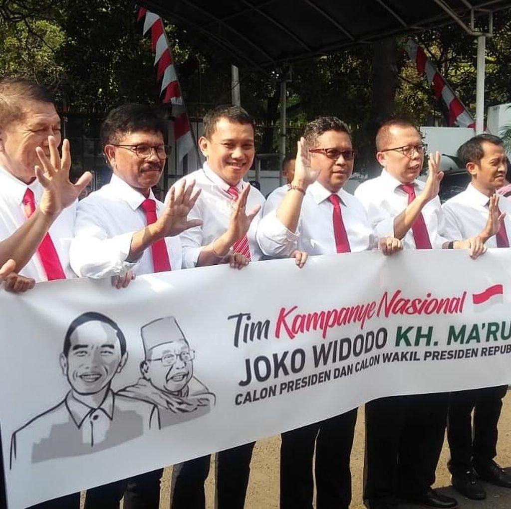 Naik Moge dan Tampil Necis, Sekjen Pro Jokowi Tiba di KPU