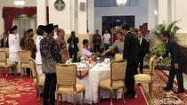 Makan Siang Bersama, Jokowi Ajak Joni dan Paskibraka Duduk Semeja