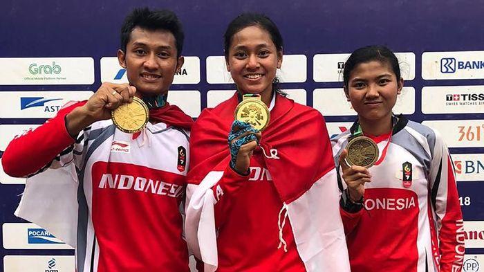 Tiara Andini Prastika dan Khoiful Mukhib mengawinkan medali emas sepeda gunung nomor downhill Asian Games 2018 (Dok. PB ISSI)