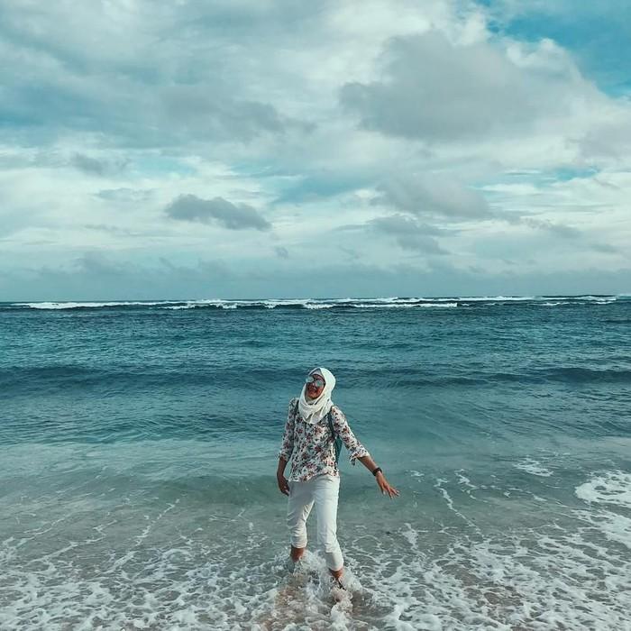 Untuk memulihkan kondisi fisik dan pikiran, Defi memilih untuk liburan ke pantai yang indah. (instagram/defiarosmaniar)