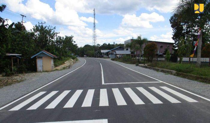 Untuk meningkatkan konektivitas jalan akses PLBN Entikong, saat ini Kementerian PUPR melalui Balai Besar Pelaksanaan Jalan Nasional XI Ditjen Bina Marga tengah menyelesaikan pelebaran dan perbaikan jalan sepanjang 42 km dari Batas Serawak-Entikong-Balai Karangan-Kembayan. Pool/PUPR.
