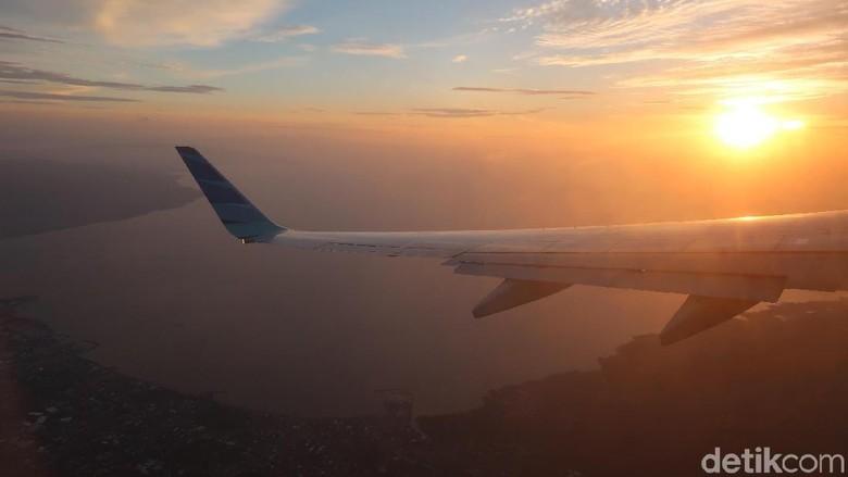 Foto: Sunset Manado di balik jendela pesawat (Bonauli/detikTravel)