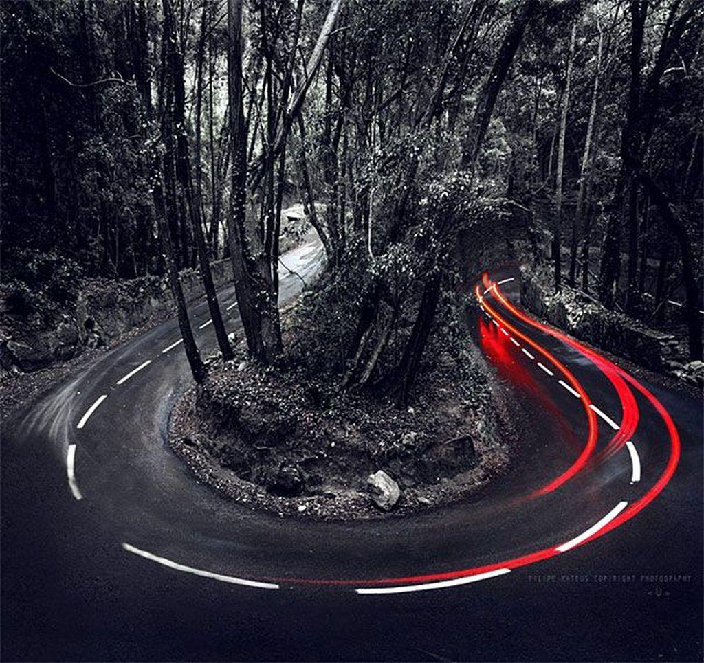 Lampu kendaraan yang melewati jalanan kelok di Portugal. Foto: bored panda