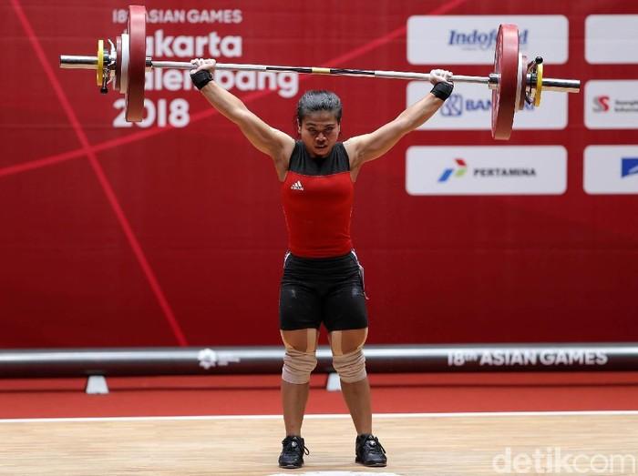 Sri Wahyuni berhasil mengalungi medali perak dalam cabang angkat beban di Asian Games 2018 dan buktikan bahwa wanita bisa kok membentuk tubuh yang kekar dan kuat. Salut!. (Foto: Agung Pambudhy)