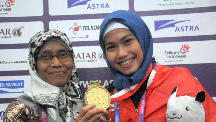 Defia Rosmaniar bersama sang ibu usai raih medali emas Asian Games 2018 (ANTARA FOTO/INASGOC/Sunyoto)