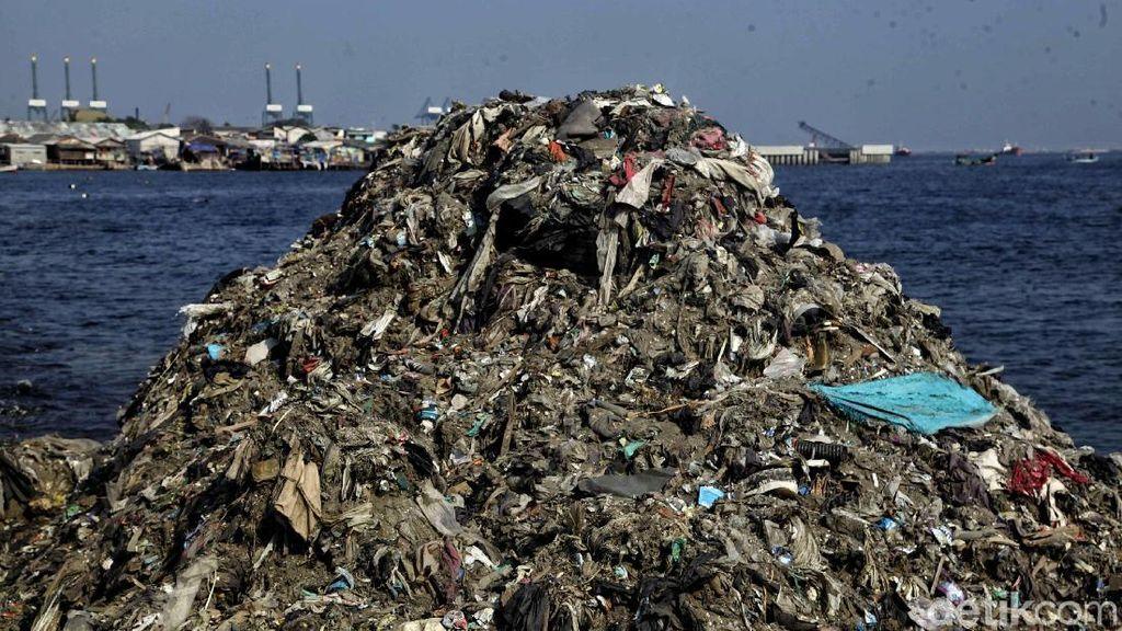 Miris! Potret Gunungan Sampah di Pesisir Jakarta