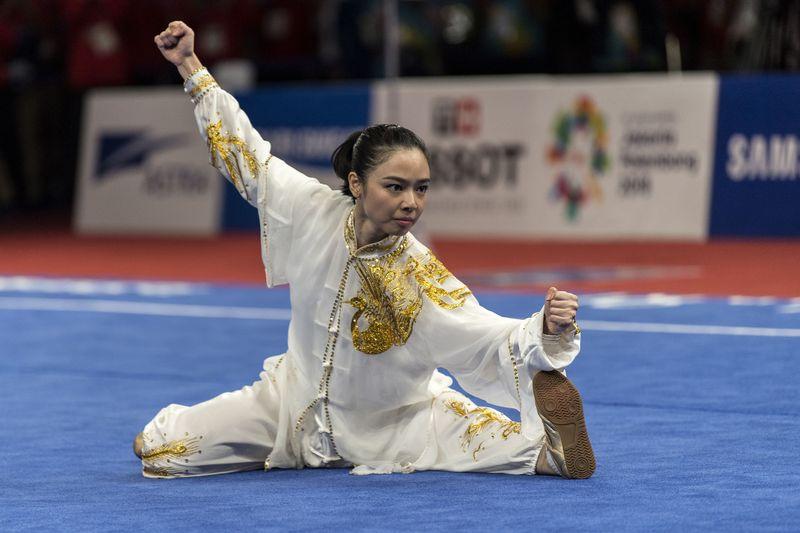 Lindswell Kwok menjadi salah satu atlet wushu terbaik Indonesia. Dibalik kesibukannya membanggakan Indonesia, Linswell juga suka traveling. (Ismar Patrizki/Antara)