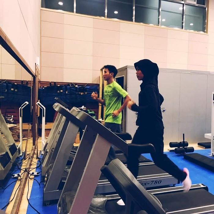 Tidak hanya latihan teknik di arena Tae Kwon Do, Defi juga melatih staminanya dengan melakukan treadmill. (instagram/defiarosmaniar)