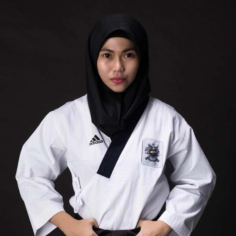 Defia Rosmaniar atau yang akrab dipanggil dengan Defi lahir pada tahun 1995. Ia telah mengenal olahraga taekwondo atau Tae Kwon Do semenjak duduk di bangku SMP tahun 2007. (instagram/defiarosmaniar)