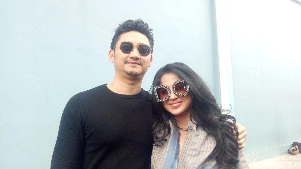Happy Anniversary Dewi Perssik dan Suami!