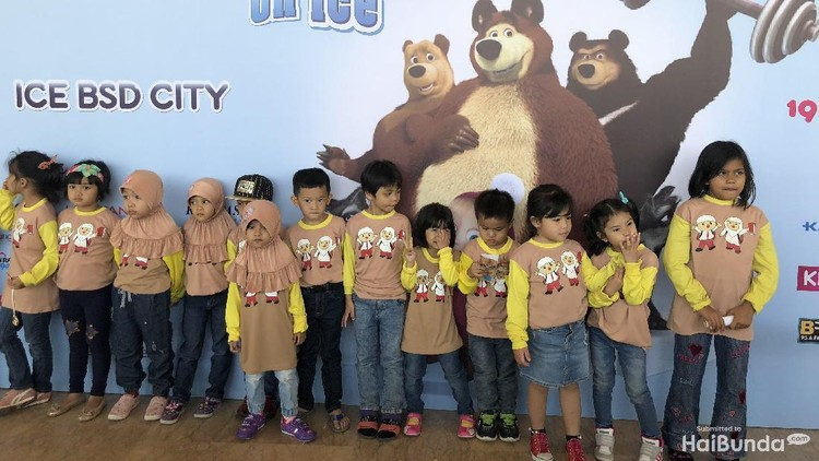 Antusiasme Anak-anak Saat Nonton Masha and The Bear on Ice