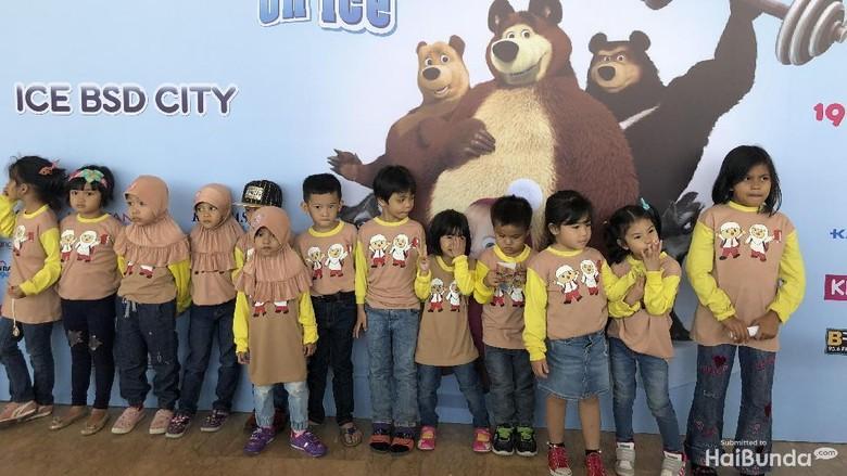 Antusiasme Anak-anak Saat Nonton Masha and The Bear on Ice