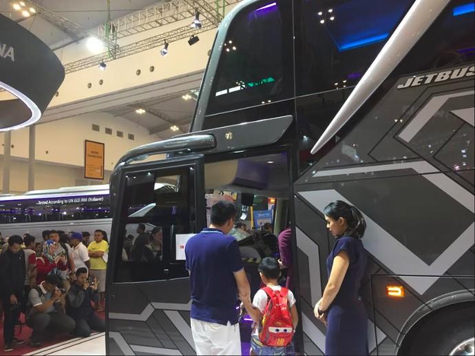 Bus ini memiliki total panjang 13.500 mm, lebar 2.500 mm, dan tinggi 4.000 mm. Bagasi bus bisa menyimpan 4 motor sekaligus. Foto: Dadan Kuswaraharja