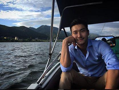 Anggota Super Junior Siwon Choi berolahraga.