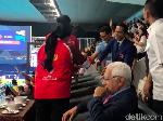 Video: Akrabnya Jokowi dan Sandi Nonton Final Renang Asian Games