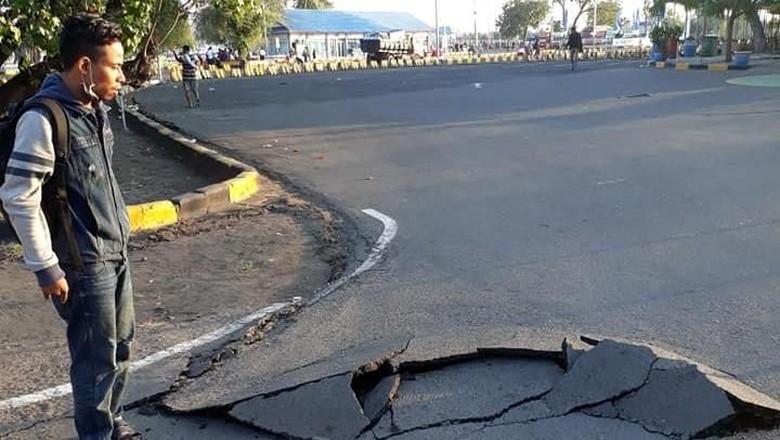 Warga melihat jalan retak di Lombok (Dok Bayu Wiguna/via REUTERS)