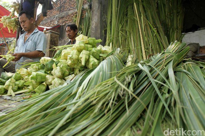 Jelang hari raya Idul Adha kulit ketupat di Pasar Palmerah diserbu pembeli, Selasa (21/8/2018).