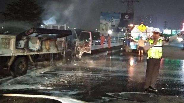 Truk terbakar di Tol Angke