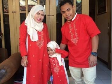 Kompakan berbaju warna merah. Kece banget ya keluarga ini. (Foto: Instagram @Ekopower62)