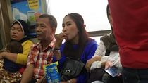 Viral Foto Penumpang Wanita Makan Kuaci dan Bikin Kotor KRL