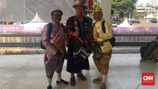 Sejumlah suporter Thailand mengenakan seragam mencolok.