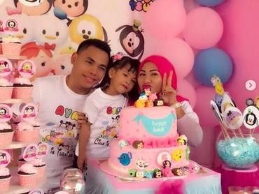 Eko merayakan ulang tahun ke-5 anak pertamanya bersama sang istri. (Foto: Instagram @Ekopower62)