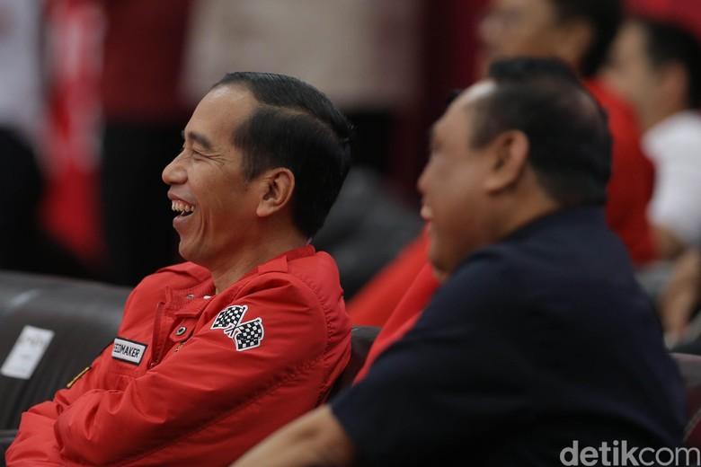 Jokowi menggunakan jaket merah saat menonton Eko Yuli. Foto: Agung Pambudhy