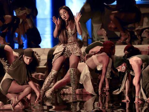 Ariana Grande memakai busana karya desainer Tanah Air Diana Putri di MTV VMA 2018.